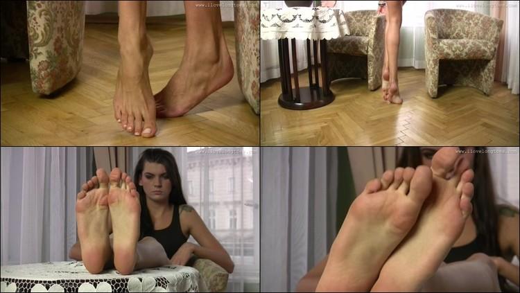 Ebony soles toes wiggling