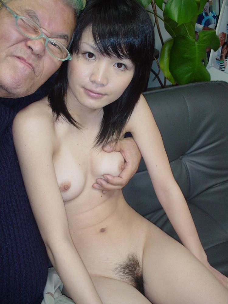 日本色老頭和援交妹打砲前,先拍張裸照留念