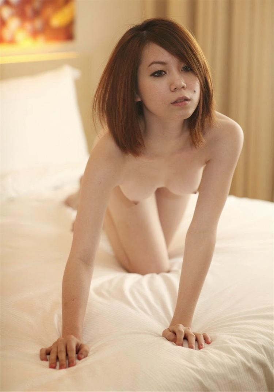 嬌小台灣妹拍寫真。養眼美人痣。黃瓜插小穴。