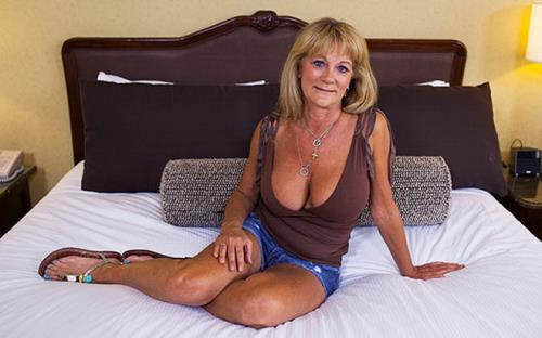 Sandra - Hot busty cougar exhibitionist (2018/HD)