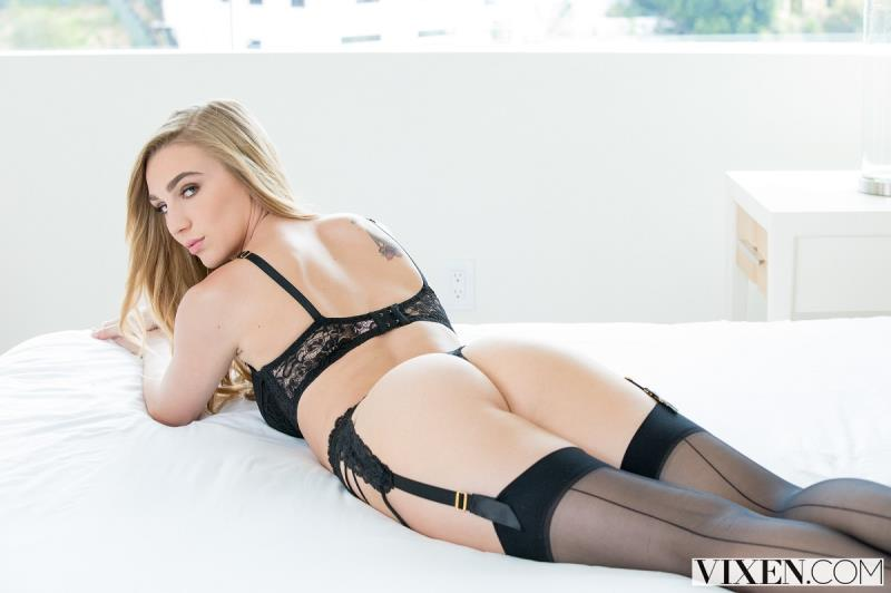 Sexting Right In Front Of Them (Kendra Sunderland) Vixen [HD]