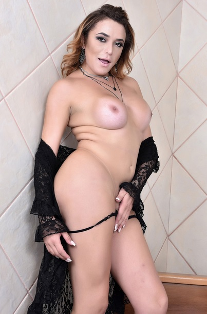 Sexy Yasmine de Castro returns