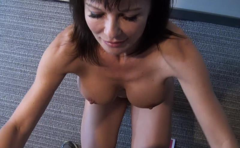 Alicia: Hot swinger MILF gives blowjob BTS (HD / 720p / 2018) [MomPOV]