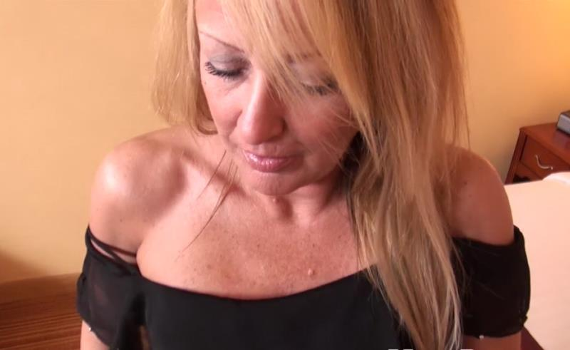 Autumn: 44 year old blonde cougar BTS blowjob (HD / 720p / 2018) [MomPOV]
