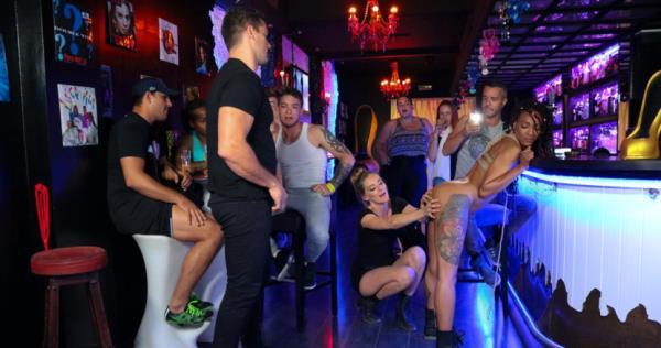 Mona Wales, Nikki Darling - Nikki Darling Surrenders Her Holes In Spanish Nightclub (2018/HD)