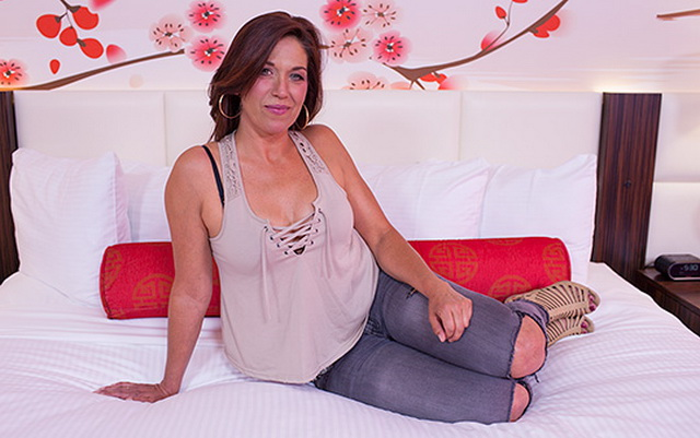 Adeline - Ex pro Bass fisher MILF (2018/HD)