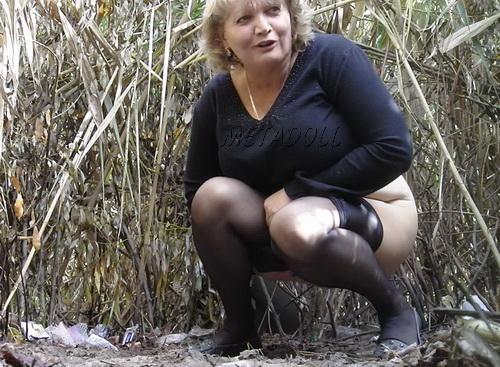 порно фото зрелые женщины писают в лесу фото хватает