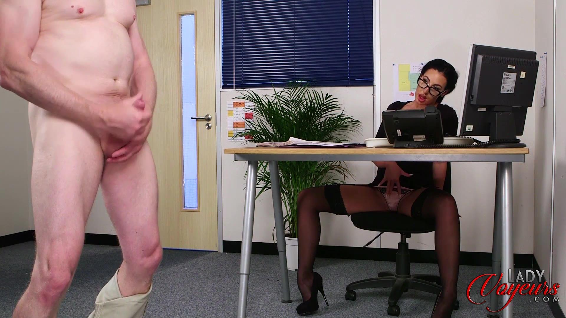 Снял штаны и дрочит, порно видео один парень с молодками