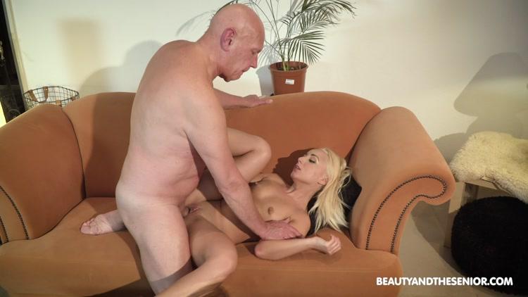блондинку за деньги сильно оттрахали - 1