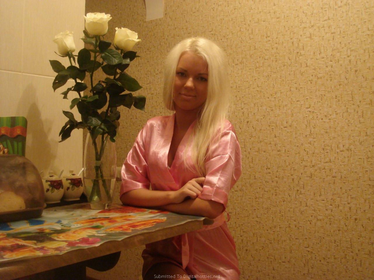 Русскую блондинку ебут трое, Трое русских парней трахают одну девушку - смотреть 17 фотография