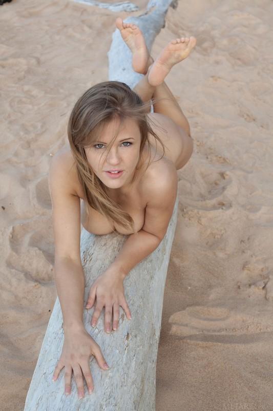 Viola Bailey se desnuda en la playa