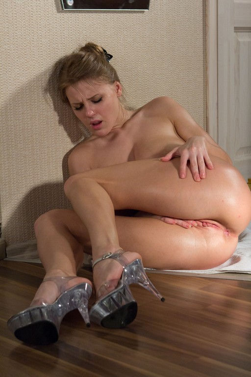 Viola Bailey se excita mientras se pone aceite en su cuerpo