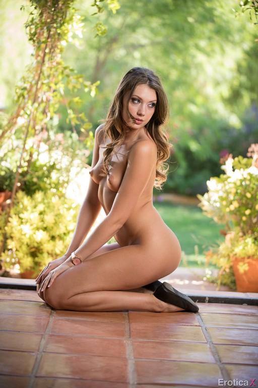 Elena Koshka la rusa se desnuda al aire libre