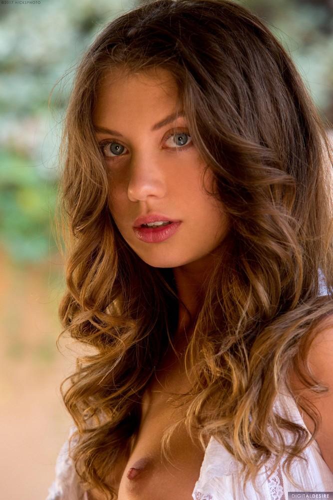 Elena Koshka posa sexy y muestra su vagina