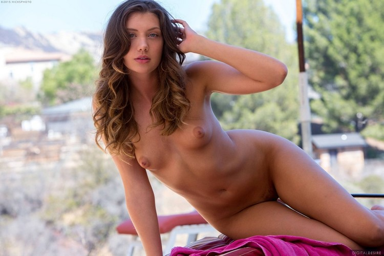 Elena Koshka muy sexy y mojada