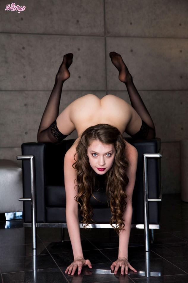 Elena Koshka se quita la ropa y muestra el culazo