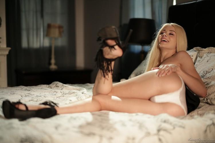 Elsa Jean se desnuda en la cama y muestra su vagina