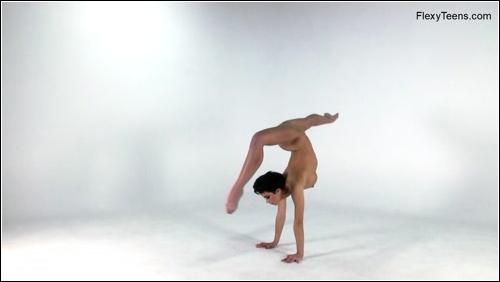 https://ist5-1.filesor.com/pimpandhost.com/6/3/6/1/63615/6/Q/h/8/6Qh86/FlexyTeens_Naked-Gymnast_186._0.jpg